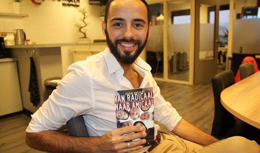 Karim toont zijn onlangs gepresenteerde boek
