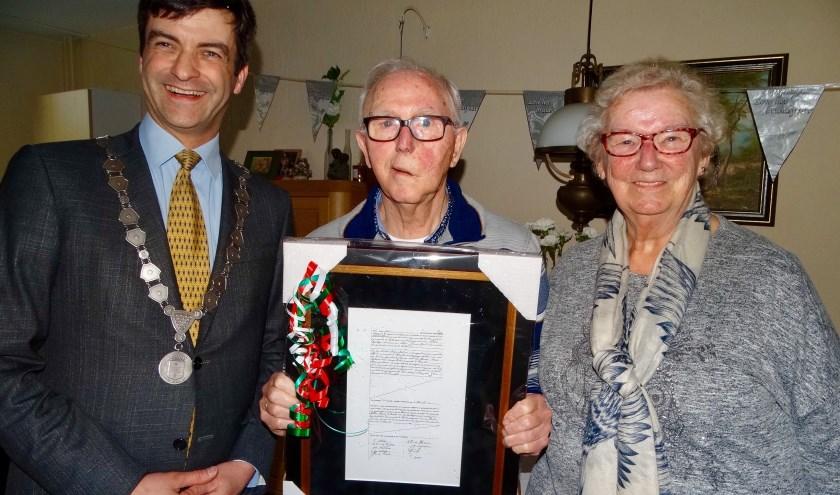 Burgemeester Pieter van de Stadt bracht een kopie van de originele trouwakte mee voor het diamanten bruidspaar.