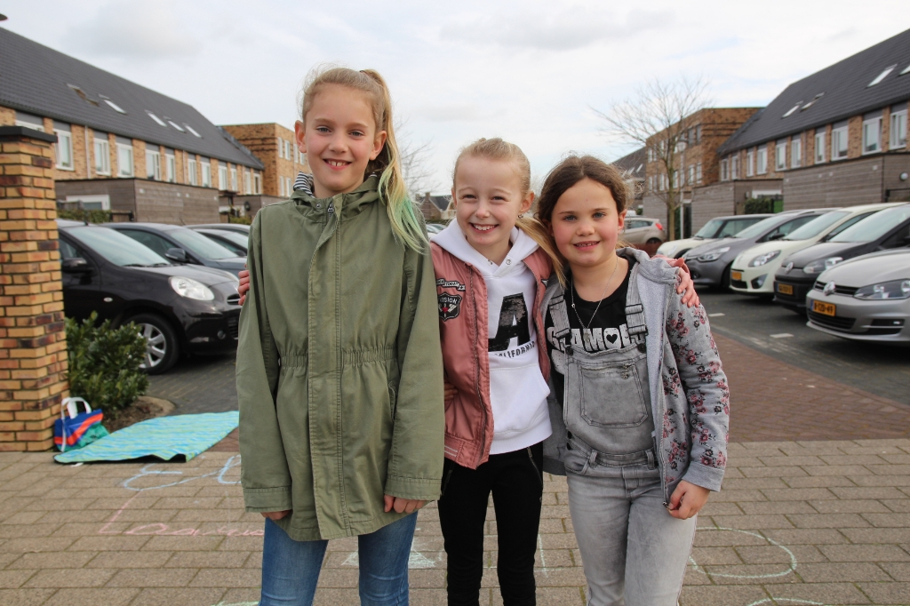 Larissa, Yzze en Eline hoeven 'even' niet naar school.  © hartvanlansingerland