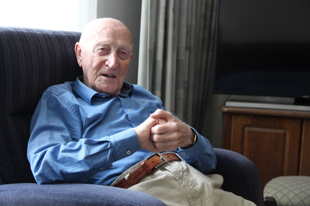 """Op zijn 93ste heeft de Bleiswijker nog een nieuw bed gekocht. Aan doodgaan denkt hij niet. """"Ik kan nog lang genoeg dood zijn"""", zegt hij.   © hartvanlansingerland"""