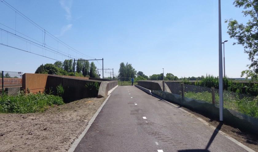 Het nieuwe viaduct is een mooie aanwinst voor wandelaars en fietsers op weg vanuit de Berkelse polder naar Pijnacker. (Foto: Gerard Bovens)