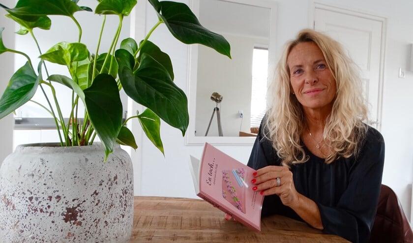 Astrid van den Bulk met haar boek.