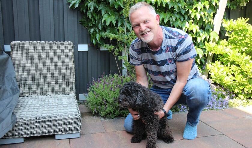 Maarten met Eddy, een lieve Labradoedel die hij overnam van een klant.