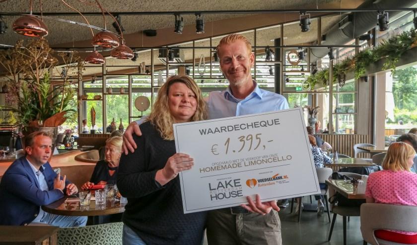 René Cieremans overhandigt de cheque aan de Voedselbank Rotterdam.