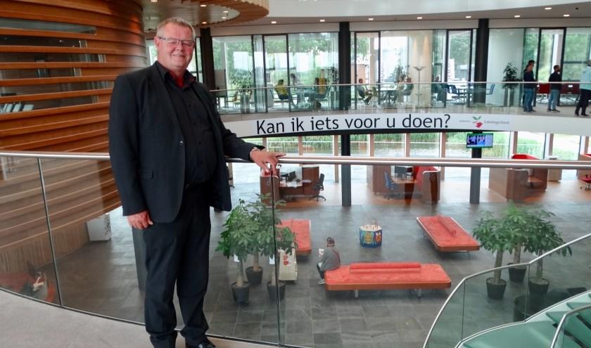 De slogan die te lezen is in het gemeentehuis 'Kan ik iets voor u doen?' is Bob op het lijf geschreven.