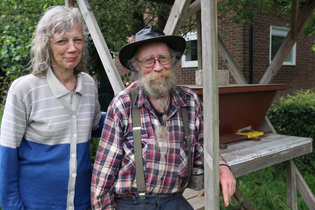 Johan en Mariëtte bij de bijenkast aan de voorzijde van het gebouw van Rotta. Ze doen samen de verzorging van de bijenkasten.    © hartvanlansingerland