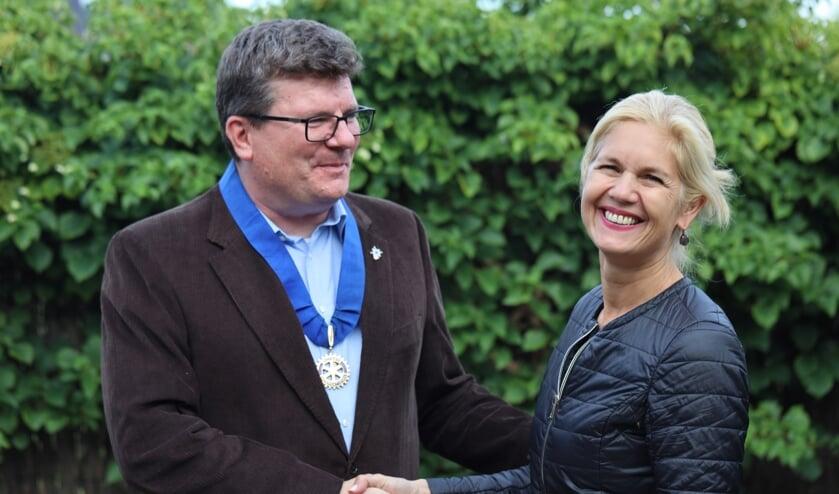 Petra den Boer geeft het stokje over aan Martijn Kruijt.