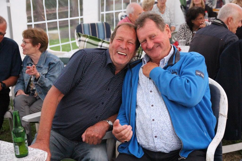 Met John de Veld bij het feest van Jos en Hannie van Winden.  © hartvanlansingerland