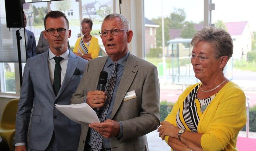 Joop Houweling nam afscheid. Rechts echtgenote Elly en links zoon/opvolger Jan.