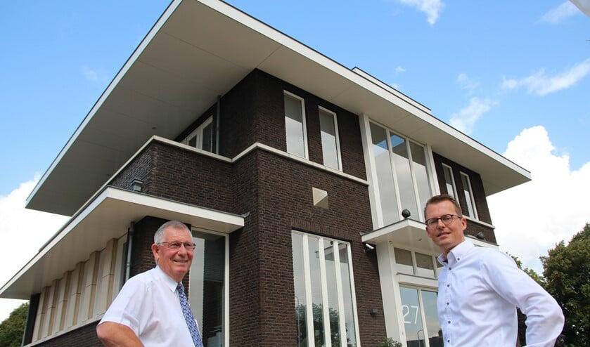 Joop en Jan Houweling bij het eigen kantoor aan de Hoekeindseweg.