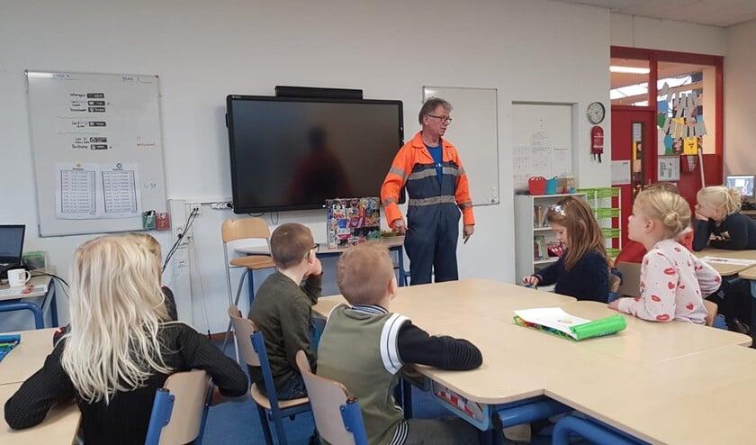 'Koos de Vuilnisman' vertelde de kinderen over duurzaamheid. (Foto: PR)