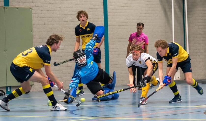 HBR verdedigt met overgave, maar verliest toch met 8-2 van Victoria. (Foto: Erik van Dort)