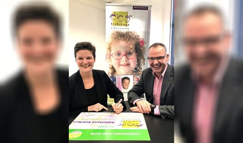 Susan Canter, regiomanager bij kinderopvangorganisatie BijDeHand, ondertekent het sponsorcontract. (Foto: PR)