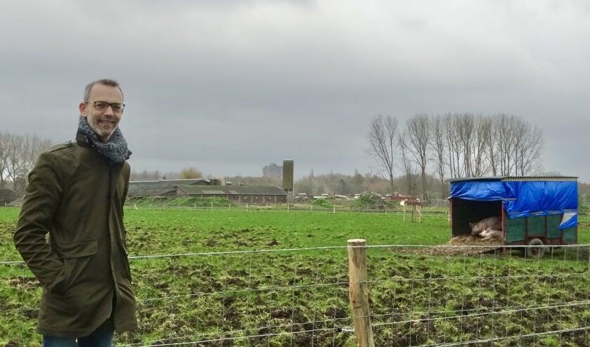 <p>Job Witloks met op de achtergrond het hart van de Herenboerderij: de oude schuur van boer Steenwijk. </p>