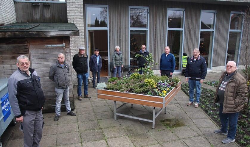 <p>Negen van de elf &lsquo;tuinlieden&rsquo;. Van links naar rechts: Bertus, John, Henk, Rinus, Annekke, Otto, Arie, Eef en Bas. Op de foto ontbreken Olga en Ben.</p>