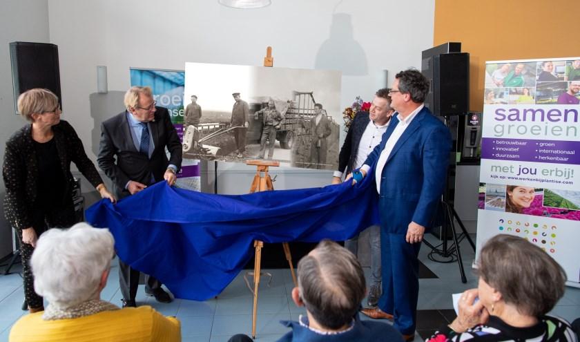 CvK Jaap Smit onthult een oude foto. De drie gefuseerde bedrijven hebben samen 226 jaar ervaring met plantenkweek.