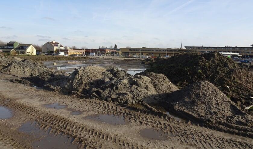 De voorbereidende werkzaamheden, het bouwrijp maken van het bouwterrein, zijn in volle gang.