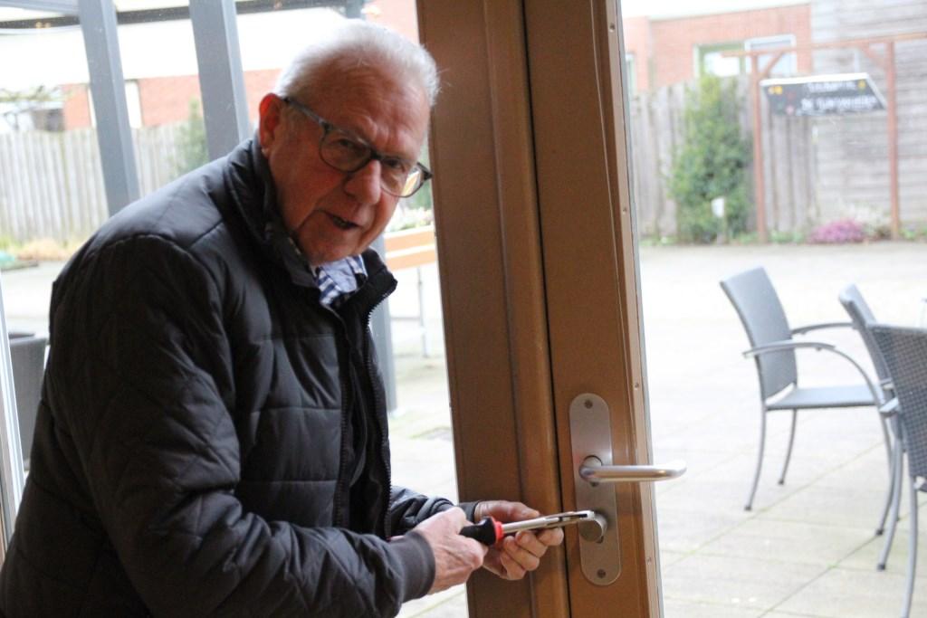 De Bleiswijkse Berkelaar Jan Maree vindt het kluswerk prachtig om te doen. Zijn specialiteit is 'rollend en rijdend materieel'.   © hartvanlansingerland
