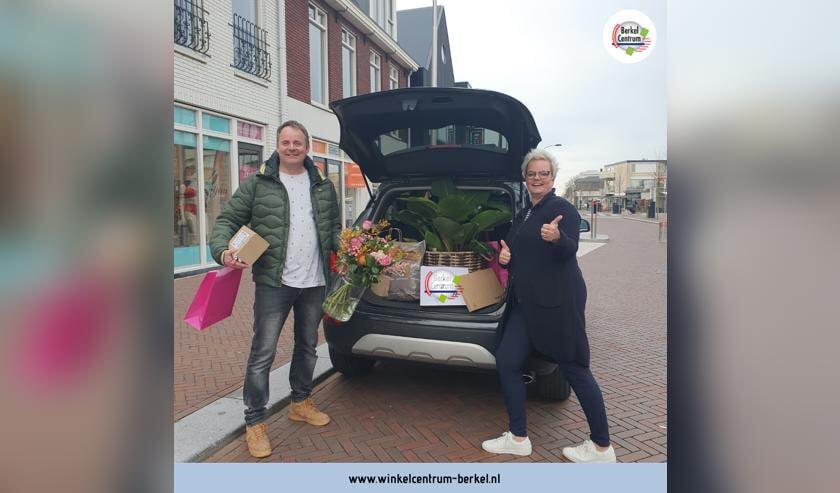 Dennis de Hoog en Angelique de Jonge brengen de bestellingen graag bij u thuis.