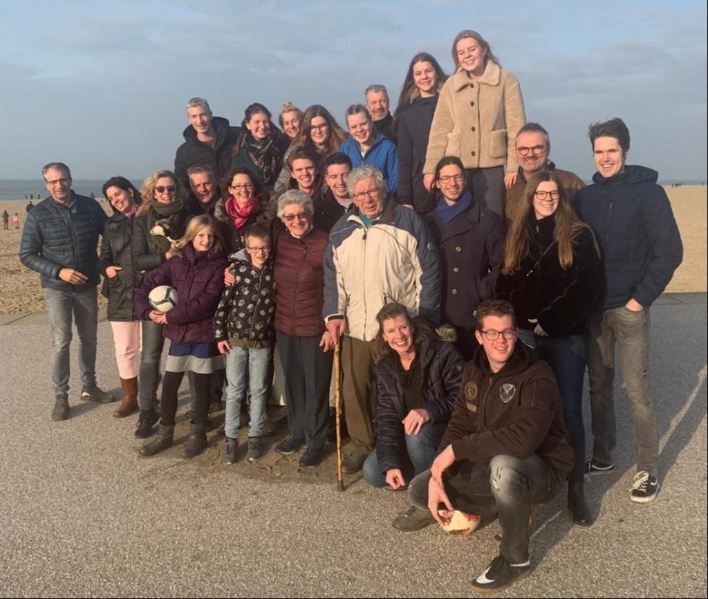 Op hun trouwdag gaan Jan en Corrie met de hele familie naar Scheveningen: kibbeling eten.   © hartvanlansingerland