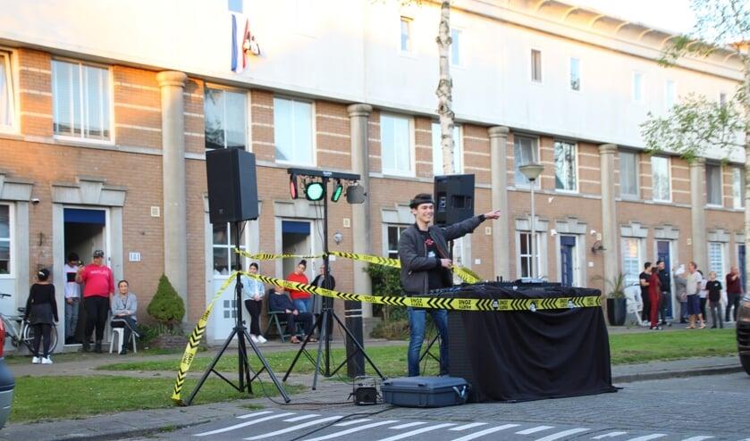Kevin geeft een showtje weg, buurtbewoners aanschouwen het spektakel in de deuropening. (Foto: Spa Media)