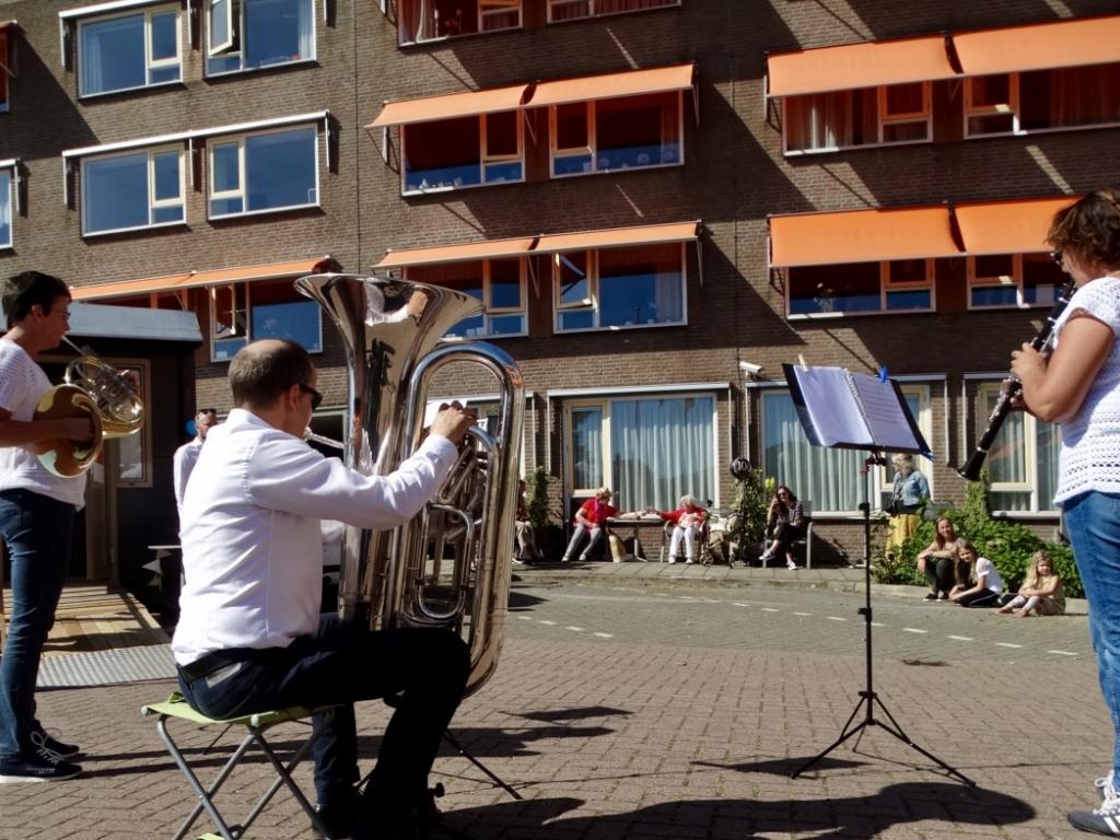 De dag kende een spectaculair slot: een serenade van drie muzikanten op het plein bij het zorgcentrum.  © hartvanlansingerland
