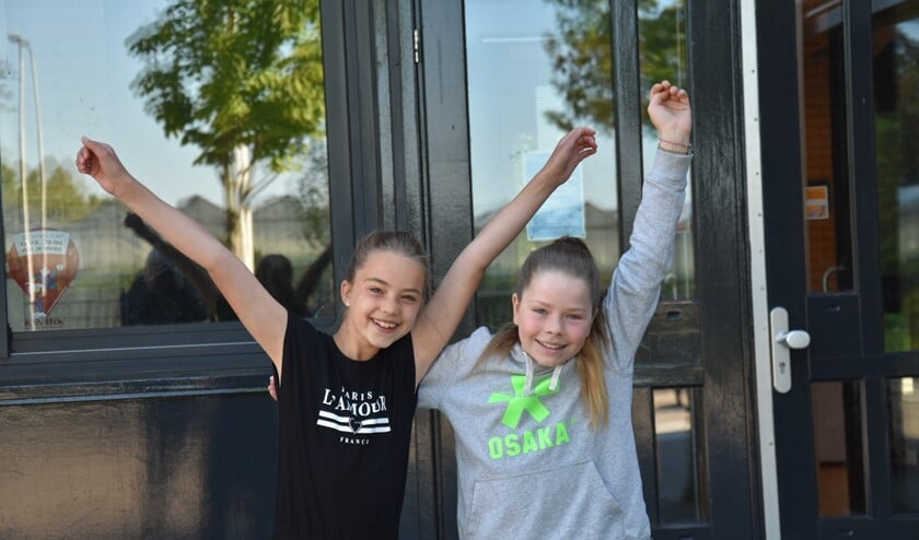 Anniek (links) en Ellemieke zijn blij dat ze weer naar school kunnen.