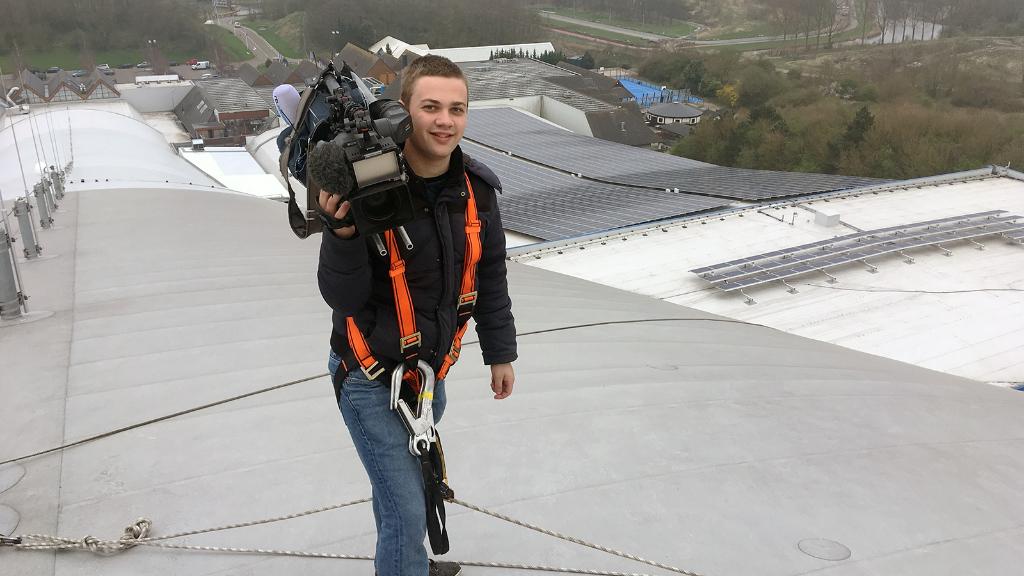 Patrick op het dak van SnowWorld Zoetermeer voor RTL Nieuws.   © hartvanlansingerland