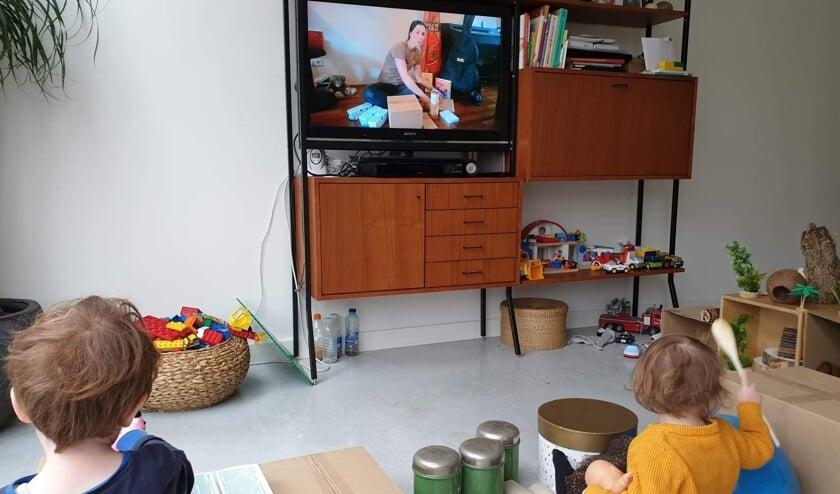 Klankjes maken thuis voor de buis. (Foto: PR/Bibliotheek Oostland)