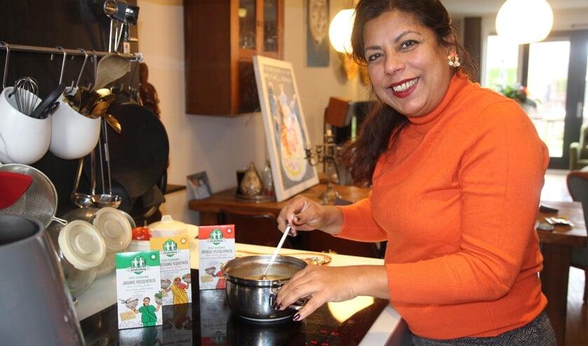 <p>Sandra denkt niet in hokjes maar combineert allerlei culturen. Haar Surinaamse roots blijft ze altijd trouw.</p>