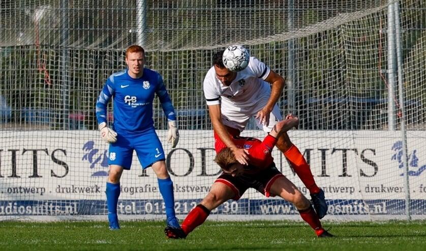 <p>Doelman Davi Ponsen ziet Kevin Straver opruimen voor zijn domein. Soccer Boys maakte het koploper Vitesse Delft lastig op sportpark Tanthof. (Foto: Franca Dobbe) </p>