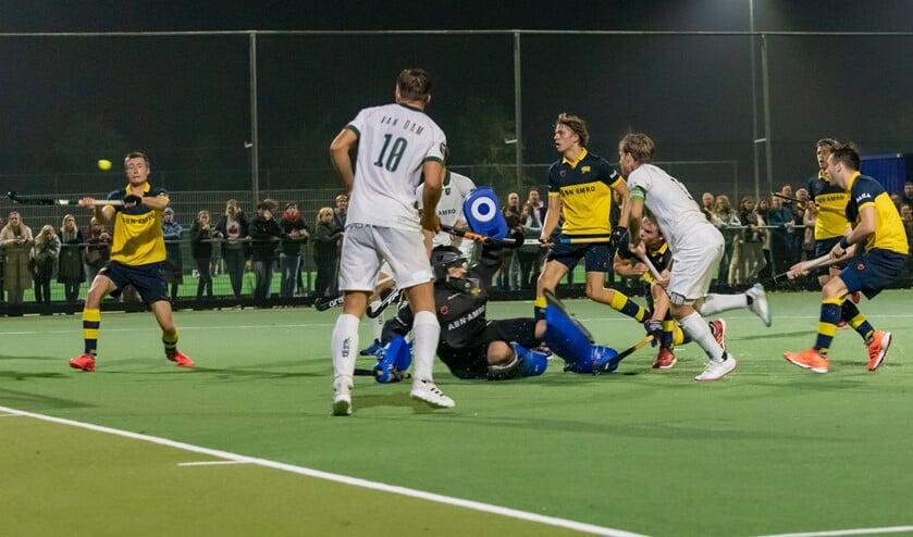 <p>Lucas Reusen probeert tevergeefs de inzet van HCR aanvoerder (r.) Jeroen Hertzberger te stoppen: 0-3. (Foto: Erik van Dort)</p>