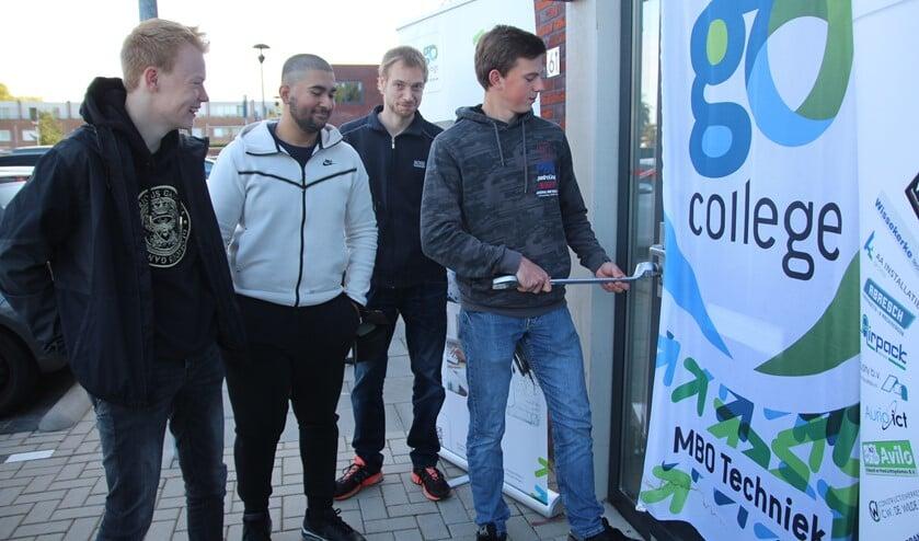 <p>Thijs verricht de offici&euml;le opening onder toeziend oog van de andere drie leerlingen, Mats, Irfan en Mick. </p>