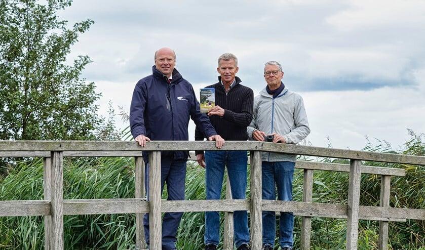 <p>Cock Hazeu en Peter Kuiper overhandigen het eerste exemplaar aan dijkgraaf Toon van der Klugt. </p>