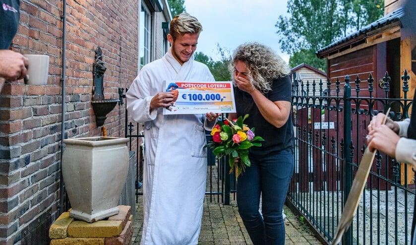 <p>Jack ontvangt een cheque van 100.000 euro. (Foto's: Roy Beusker Fotografie/Amy van Leiden)</p>