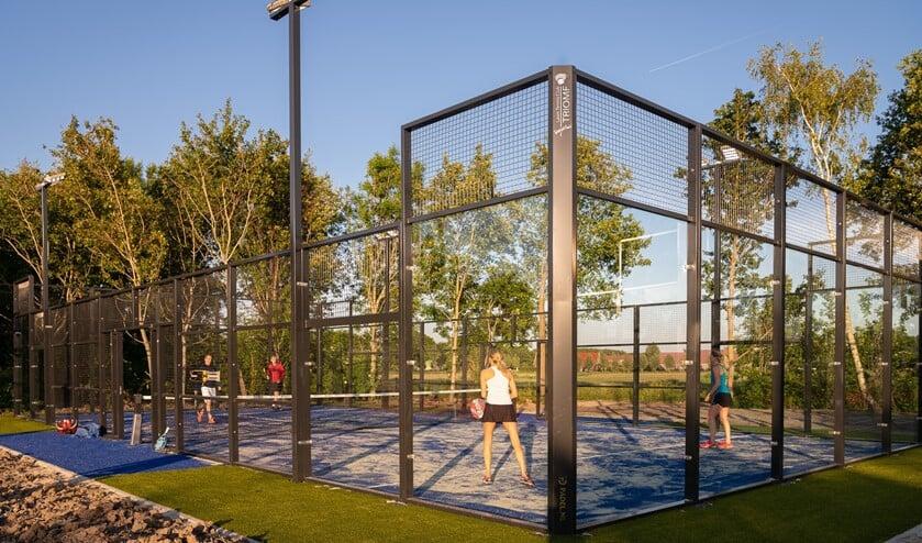<p>Veel tennisverenigingen in Nederland zetten een deel van de bestaande tennisbanen om naar padelbanen, zo ook in Lansingerland, zoals hierboven bij LTC Triomf. (Foto: archief/Ingrid Koenen) </p>