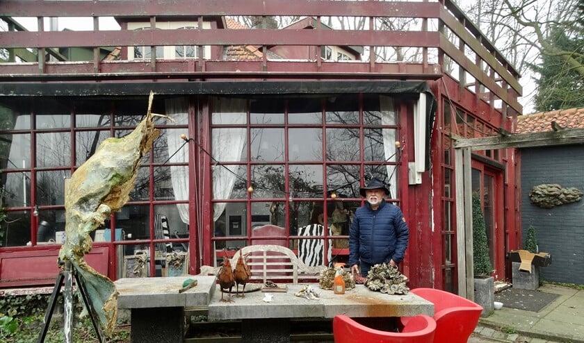 <p>Stan Hill bij het huis dat ooit een molen met een dieselgemaal was.</p>