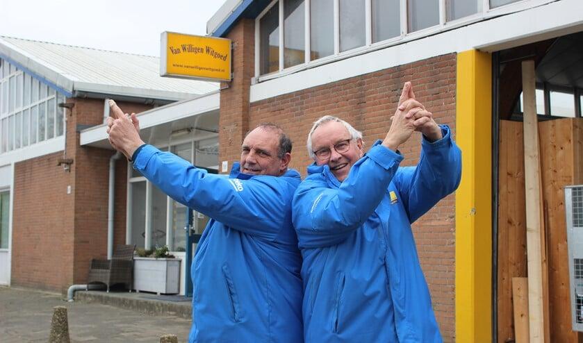 <p>Jan-Paul en zijn collega Christiaan oefenen alvast een beetje door denkbeeldig in de lucht te schieten.</p>