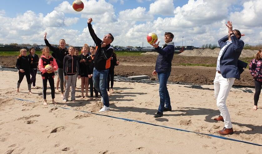 <p>Burgemeester Van de Stadt (midden) showt zijn volleybalskills.&nbsp;</p>