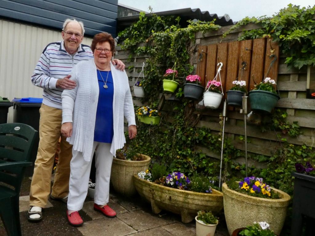 Tussen de plantjes voelt het echtpaar Veenman zich helemaal thuis. Jan werkte jaren 'in het groen'.  © hartvanlansingerland