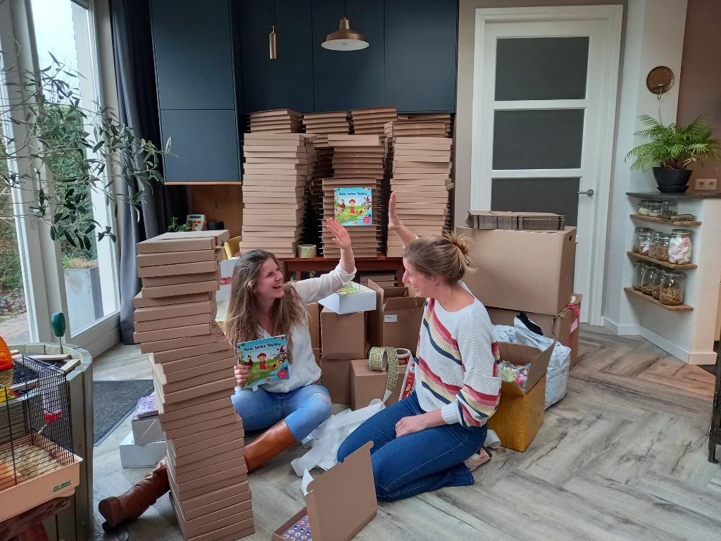 De pallet met duizend boekjes is verwerkt tot handzame pakketjes.  © hartvanlansingerland