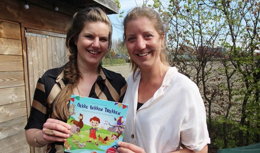 <p>Anita en Petra zijn blij met het boekje.</p>