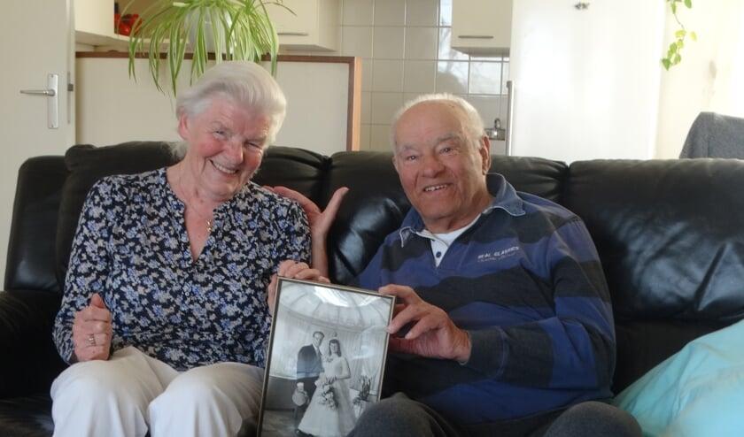 <p>Piet en Corrie met de trouwfoto waarmee het lange huwelijk begon.</p>