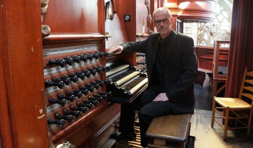 <p>Arjan Breukhoven achter z&#39;n vertrouwde orgel.</p>