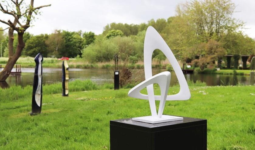 <p>Van Egmonds monumentale sculpturen in roestvast staal, brons &nbsp;of resin bestaan uit gestileerde vormen.</p>