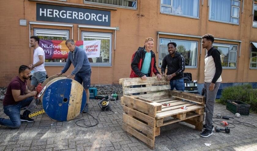 <p>Ook bij de Hergerborch werd door veel enthousiaste dorpsgenoten geklust. (Foto: Roelie Schipperus)</p>