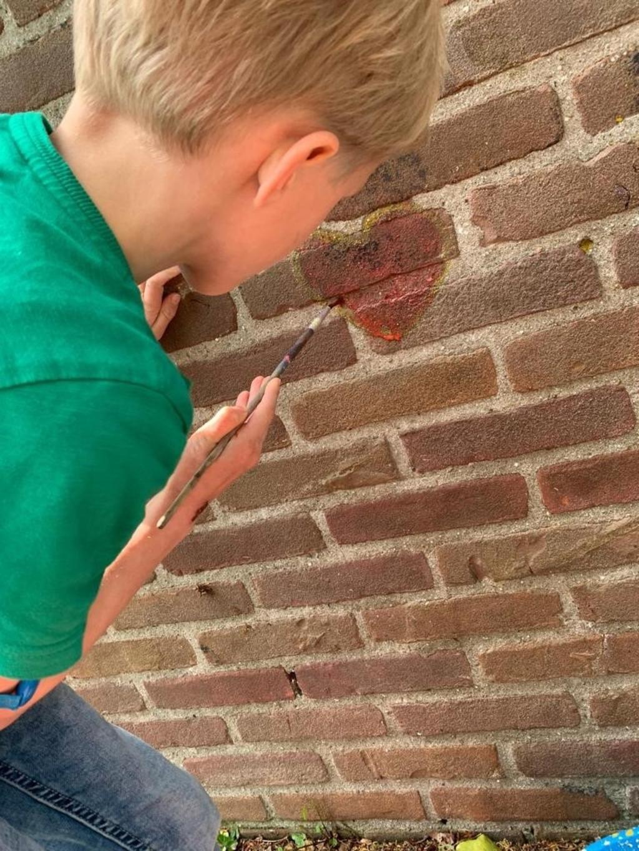 Als laatste onderdeel mochten de kinderen hun talenten laten zien door mooie kunstwerken op de muur van de school te verven.  © hartvanlansingerland