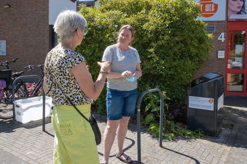Informatie inwinnen bij de bieb in Bleiswijk. Roelfina Schipperus © hartvanlansingerland