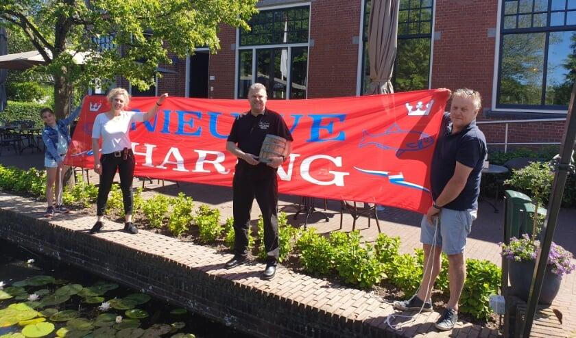 <p>Mieke en Leon van het Polderhuis samen met Patrick Starrenburg (midden) van de vishandel.</p>
