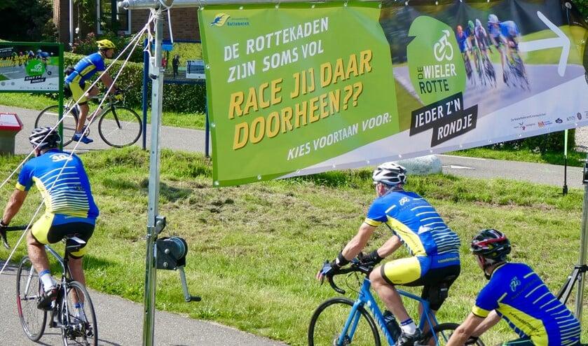 <p>Eensgezind gaan de renners van Wielervereniging Zoetermeer 'over de streep'.</p>